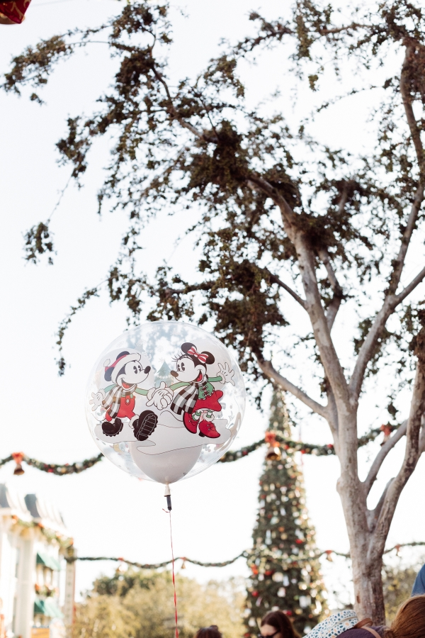 eatsleepwear kimberly lapides The holidays at Disneyland Resort and the holiday mickey mouse balloon
