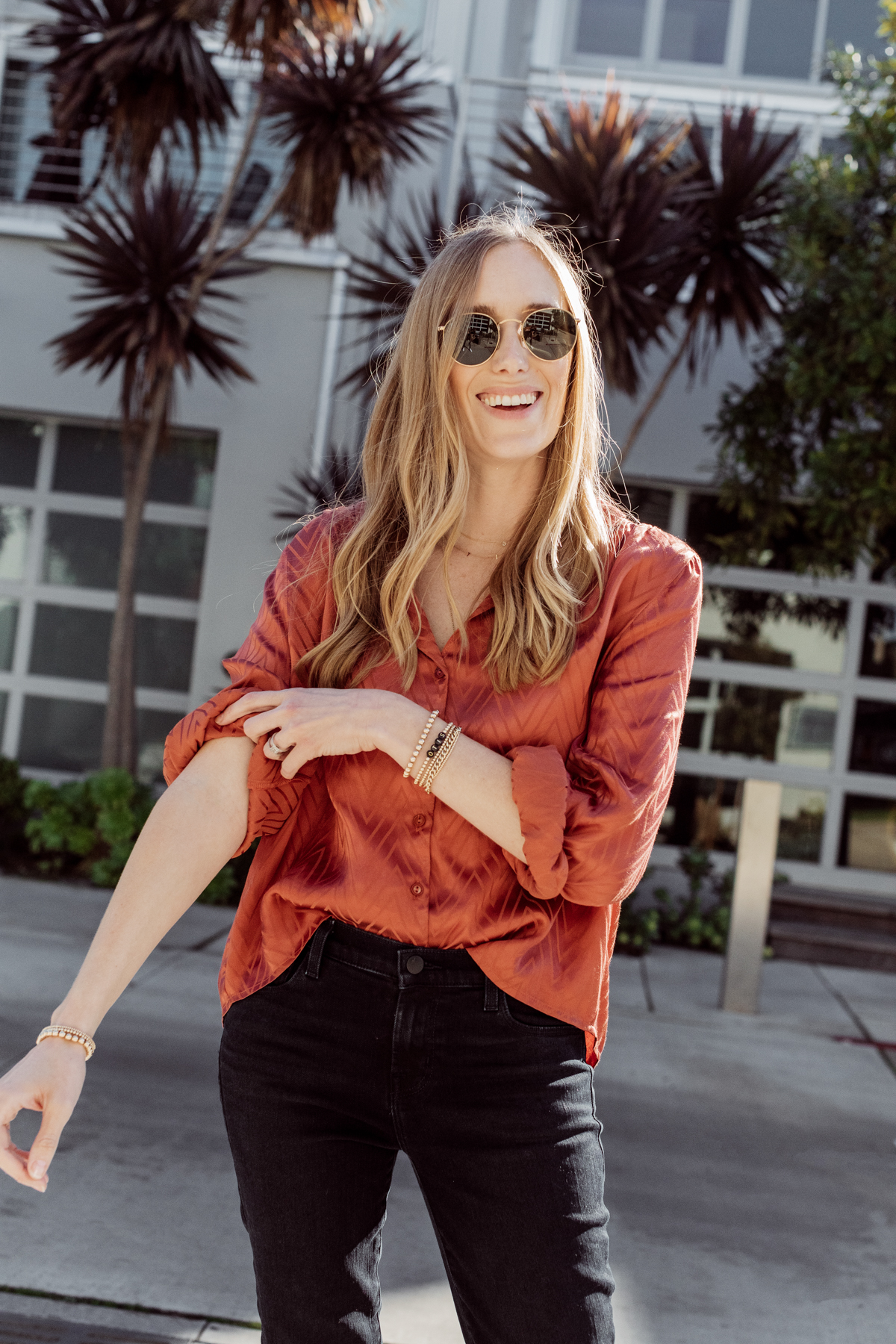 Kimberly Lapides from eatsleepwear wearing a casual mom on the go outfit wearing jbrand, astr the label, golden goose and ray-ban.