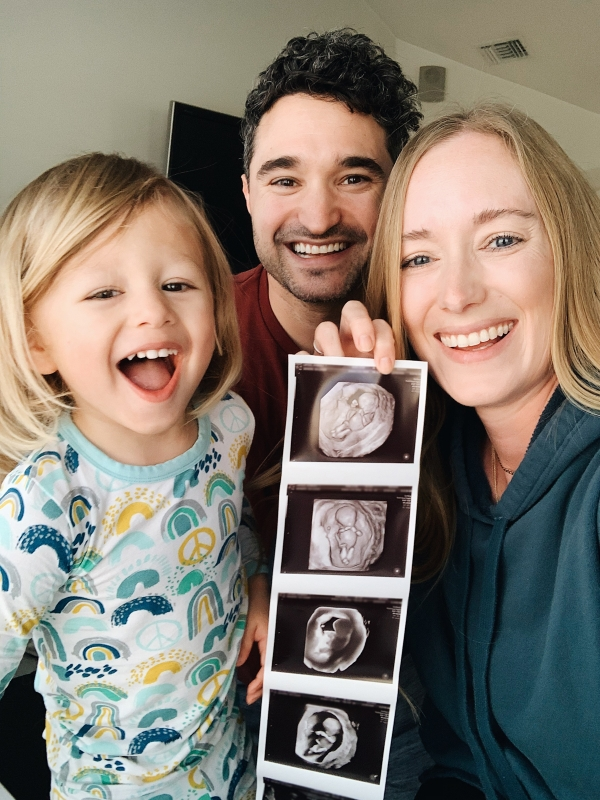 Kimberly Lapides of EATSLEEPWEAR IVF FET Pregnancy Announcement with ultrasound and family